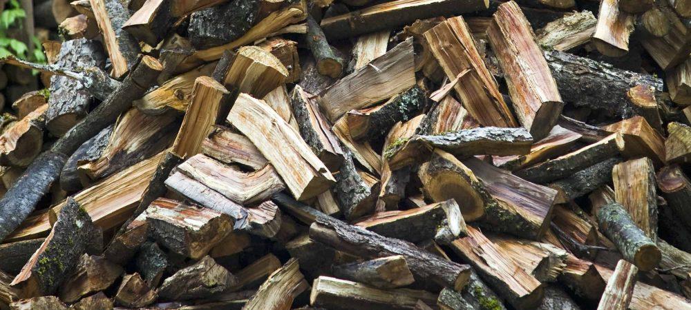 gelagertes brennholz gestapelt