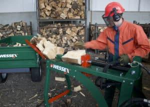 mann arbeitet mit wessex hls 100 holzspalter liegend